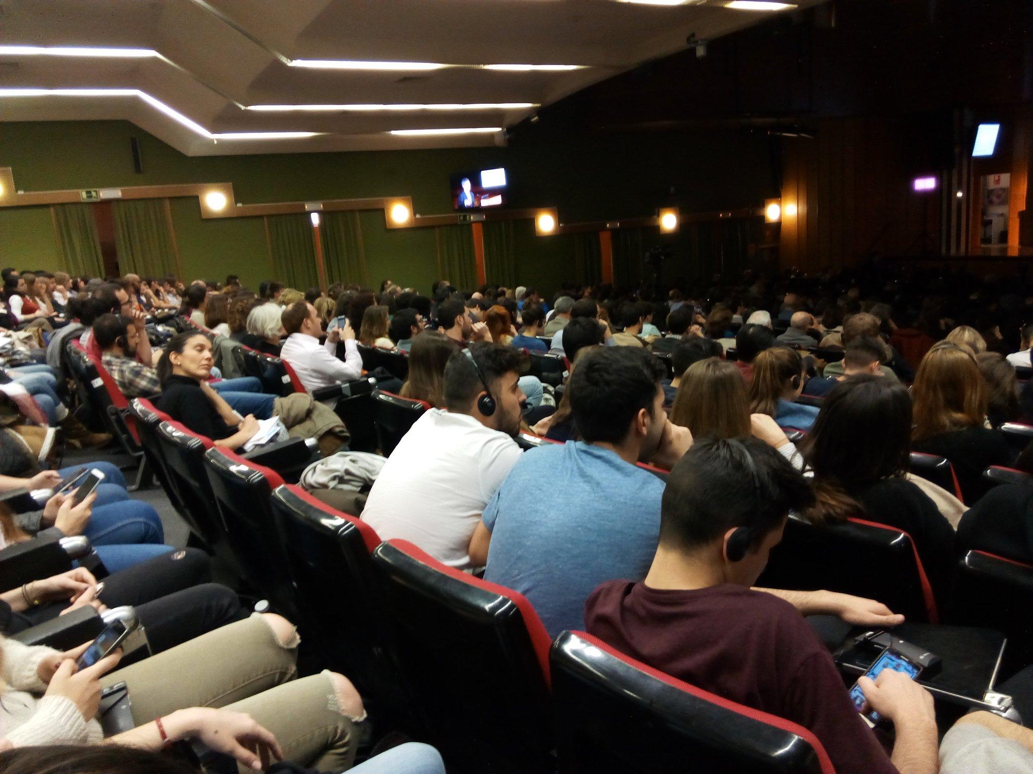 Estudiantes llenan la Facultad de Medicina d @unicomplutense para escuchar a @JeffDSachs reivindicar el #DesarrolloSostenible. Esperanzador. https://t.co/dDoO7oD21T
