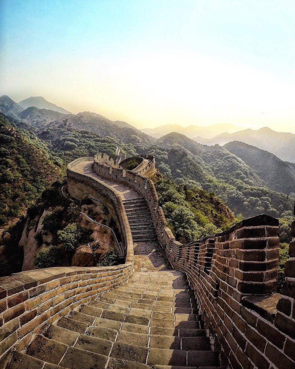La Grande Muraille de Chine au petit matin. Un mur pour se protéger de l&#39;envahisseur Mongol.  #grande #Muraille #Chine #frontière #voyage<br>http://pic.twitter.com/vGJKg8DUah