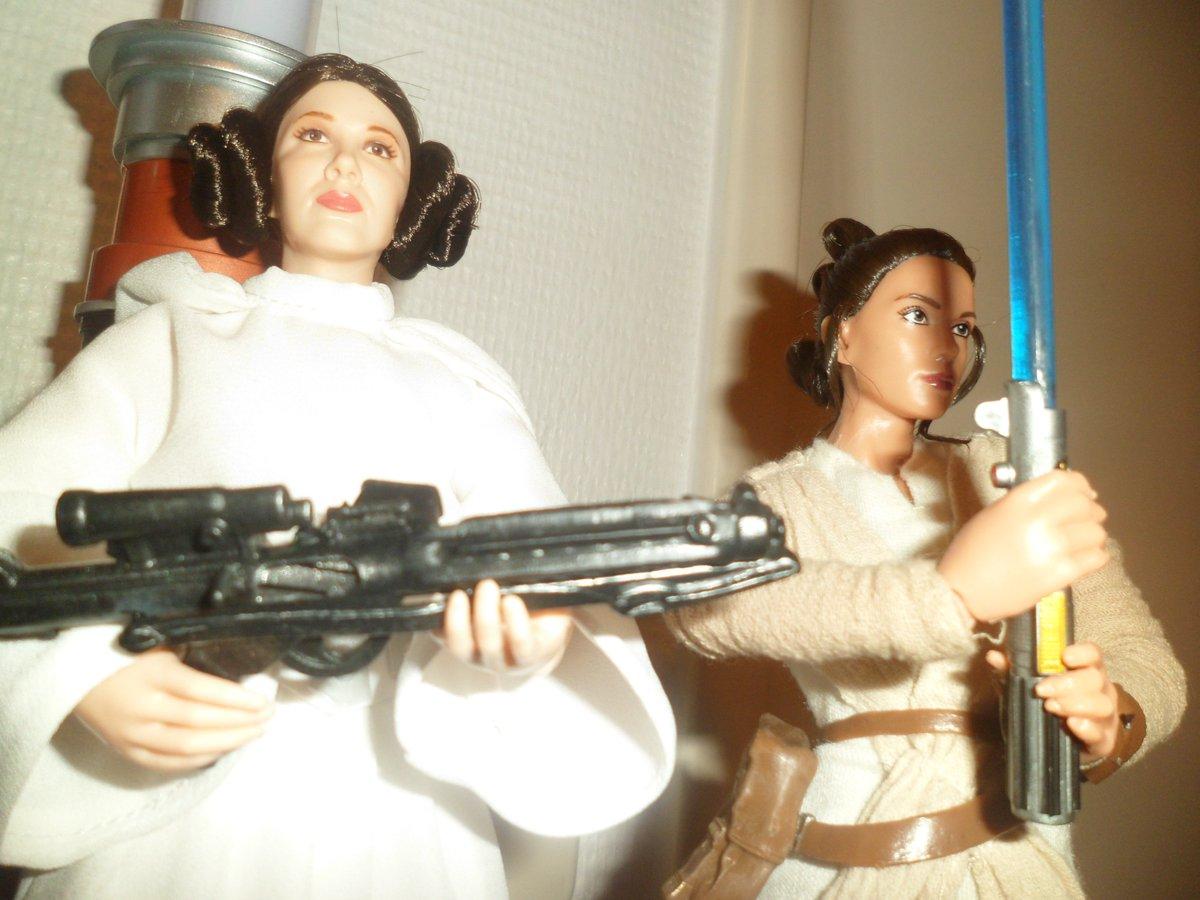 Pas facile mais j&#39;ai finalement réussi à leur trouver une place ^^&#39; #starwars #princessleia #rey<br>http://pic.twitter.com/mte6XnLSoJ