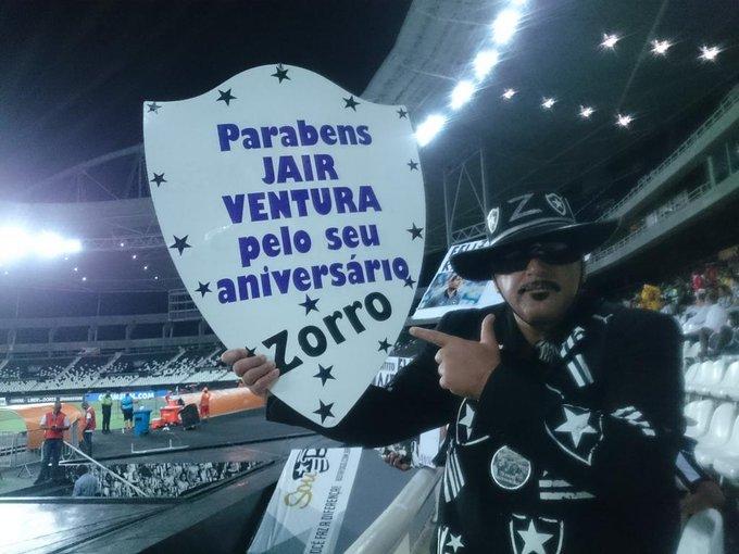 b3243b455c O Zorro do Fogão homenageia o técnico Jair Ventura na Oeste Inferior   trnilton