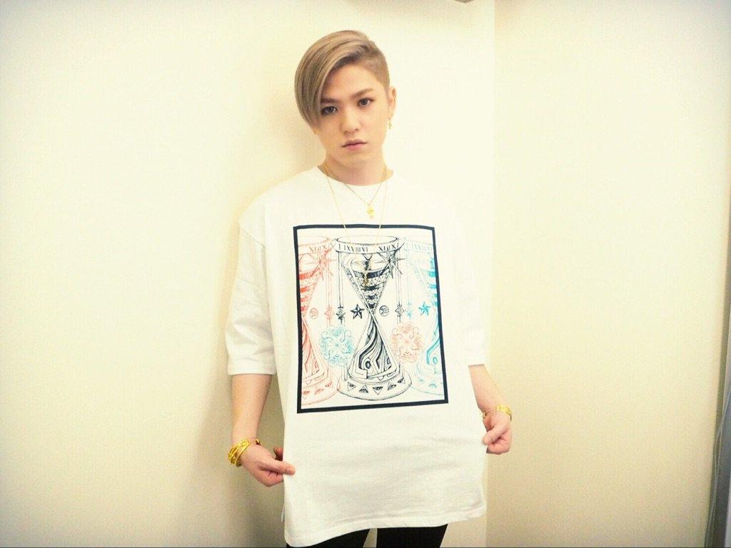 少し大きめのシャツを着ている末吉秀太