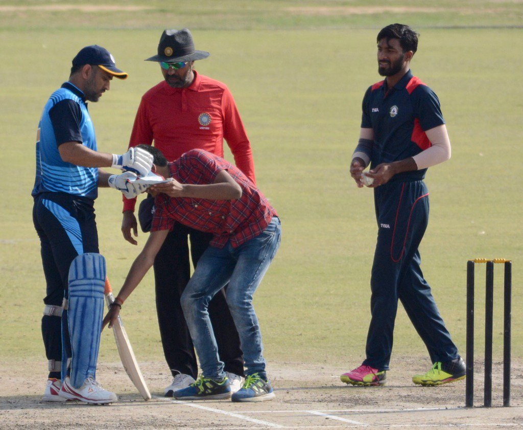 MS Dhoni Fan Invades Pitch To Touch His Feet 1