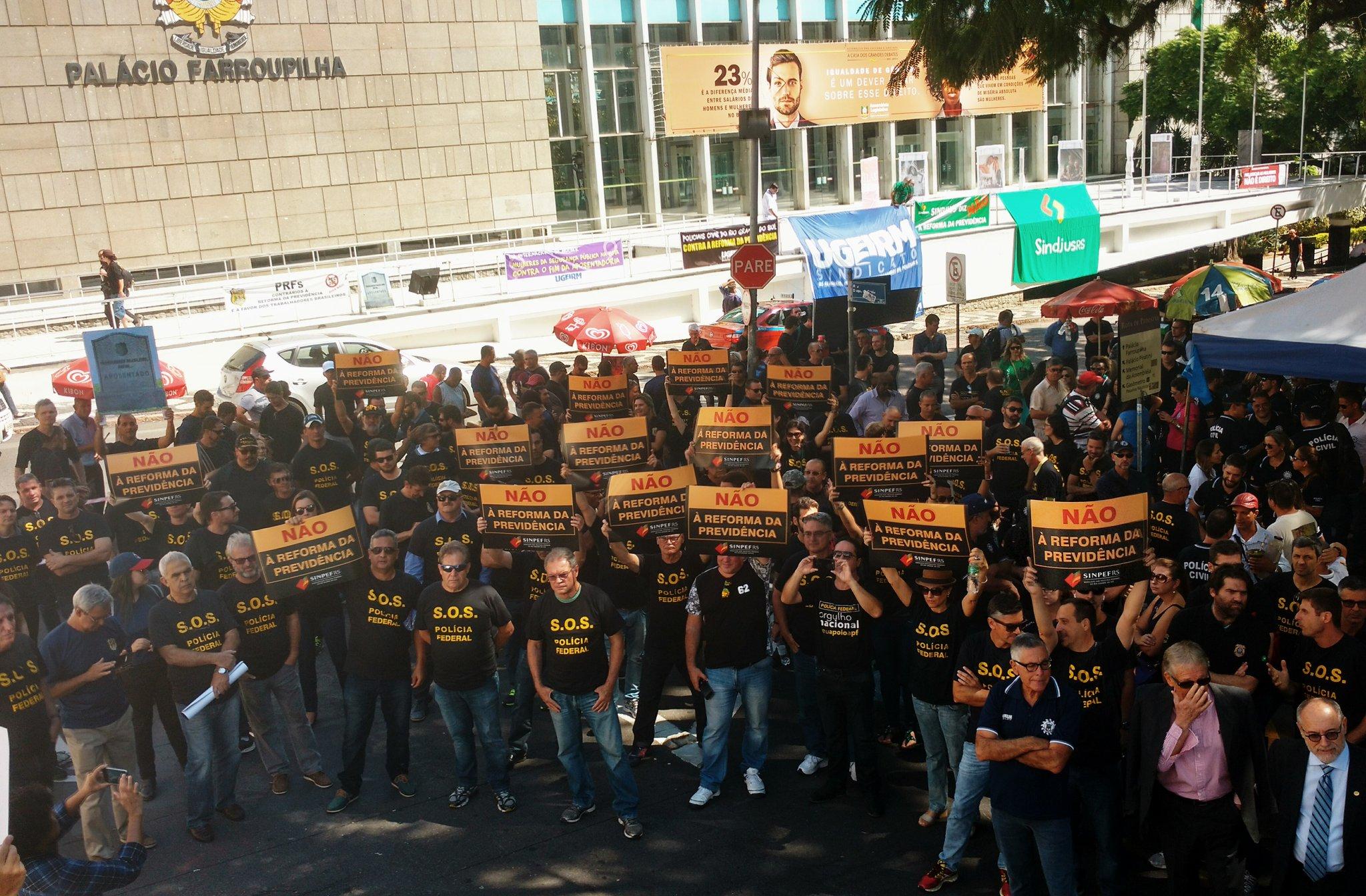 SINPEF RS fez ato em frente ao Palácio Farroupilha, em Porto Alegre (Divulgação: SINPEF-RS)