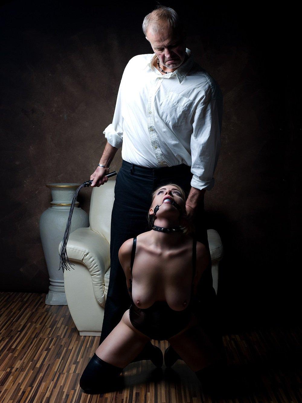сидел берегу рабыня бдсм и господин фото делает ему