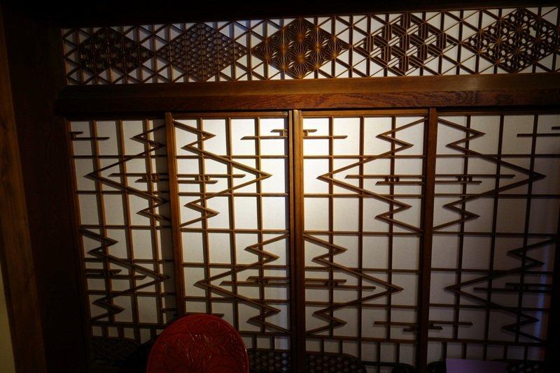 こないだ泊まった伊豆の宿の組子がたいへん美しくて眼福でしたよ。 pic.twitter.com/HDgV9RdOzh