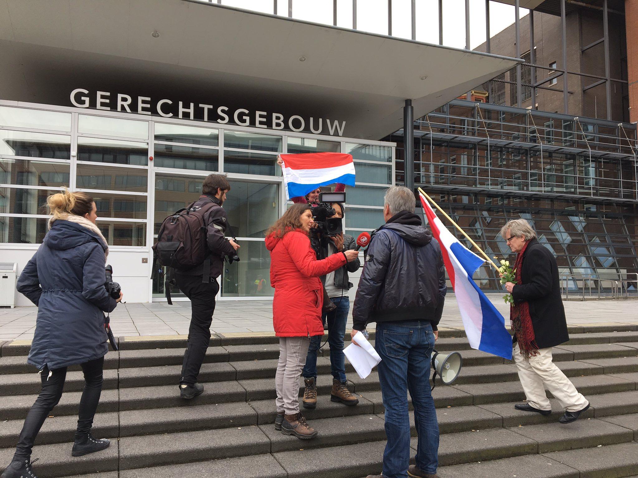 Mars van Pegida stopt op de trappen van de Utrechtse rechtbank. Daar gaat Wagensveld nu speechen. https://t.co/ueapikjGMb