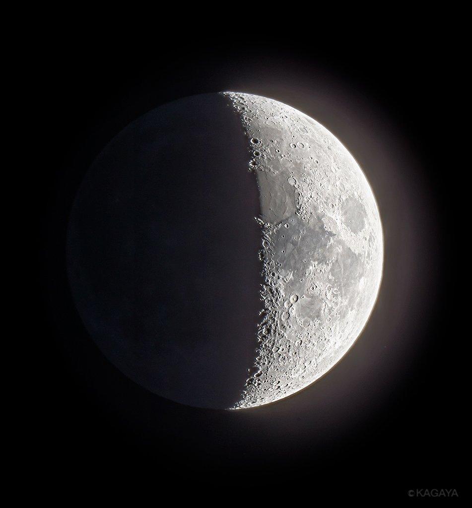 空をご覧ください。西に宵月が見えています。半月までもう少し、明日が上弦です。写真は先ほど望遠鏡を使って撮影したものです。写真を撮りながらいつも目でものぞいて眺めるのですが、たくさんのクレーターや山脈の立体感に見惚れていました。 pic.twitter.com/00WxAfE79j