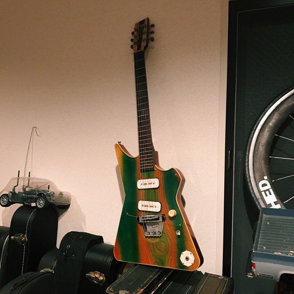 もう20年近く前、茅ヶ崎のお店で演奏していたときに、ムッシュもそこにいてお客さんの熱心なリクエストもあって急遽彼が弾き語りをすることになった。「ちょっとギター貸してくれる?」勿論!とムッシュに貸したやつがこれ。またいつか! pic.twitter.com/fxp2t8n8T9
