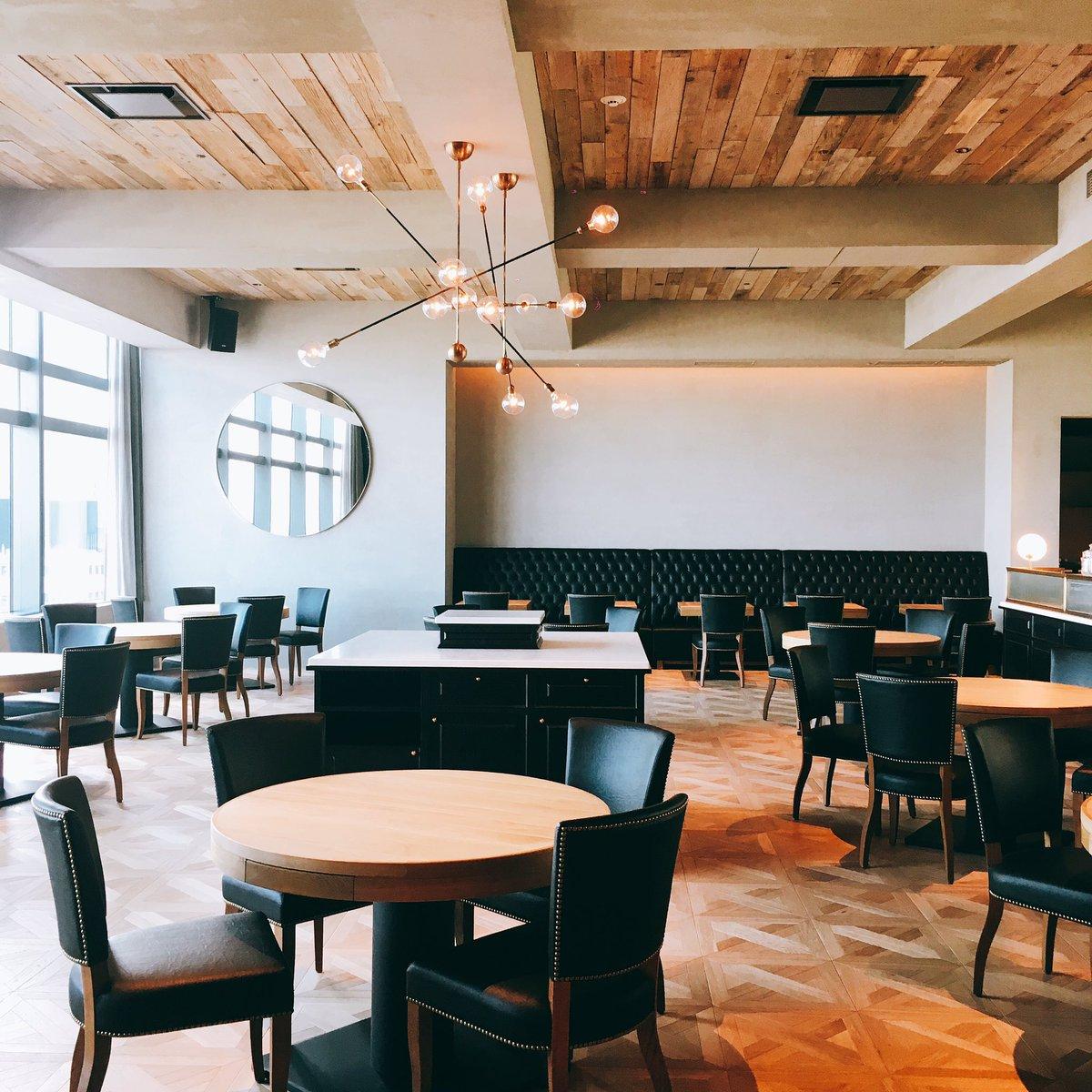 4月17日に名古屋ゲートタワーにオープンするレストラン&バー「ゲートハウス」の現場チェックに!素晴らしい内装仕上がってました!あとはレストランエリアの奥の壁面アート選びをきめればほぼ完成、、、 https://t.co/1PjwvAI0EY