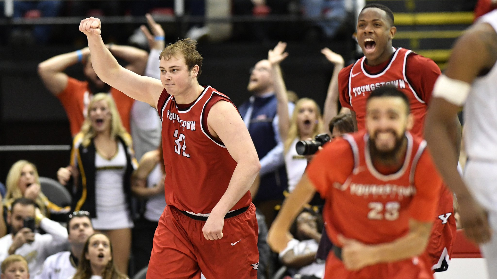 @YSUMensHoops knocks off top seeded Oakland in a crazy finish. https://t.co/vV6jKZqCm7 #MotorCityMadness https://t.co/8WoWqVRCzZ