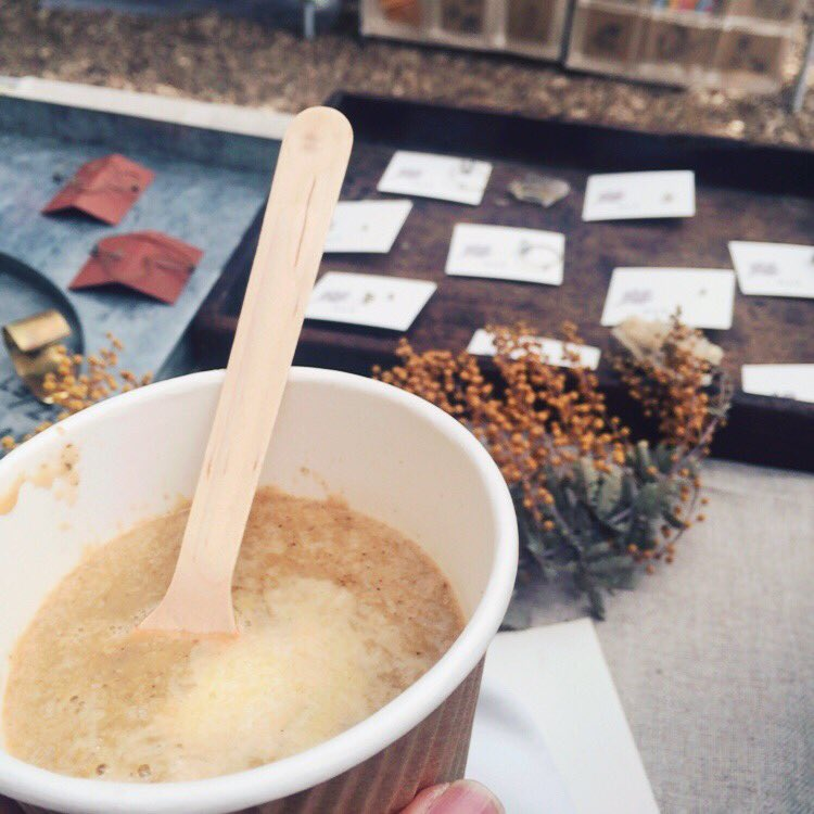 にじいろ市 温かいスープにベーグルも そろそろライブが始まります