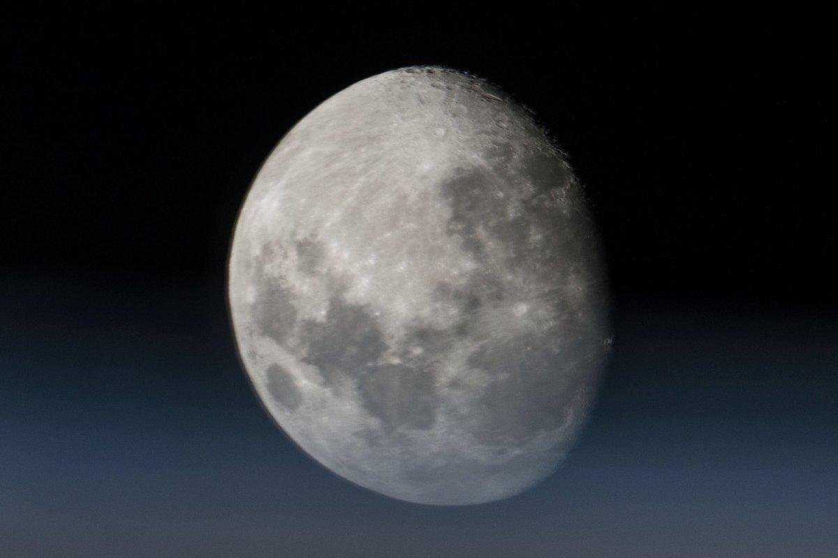 ISSから私が撮影した月の写真。大気は、私達が生きていく上で必要不可欠ですが、天体を観測するときは、観測を妨げてしまう事が理解いただけるかもしれませんね。宇宙から見る星々は、大気の擾乱が無いので瞬かず、静かに光っていました。もしかしたら、瞬いた方が趣があるという方もいるかも。 pic.twitter.com/t31SIXdKcz