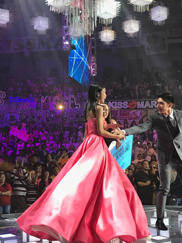 Robi escorts her down the stage to go outside the arena to greet the other people outside! https://t.co/OlwrczRvIB