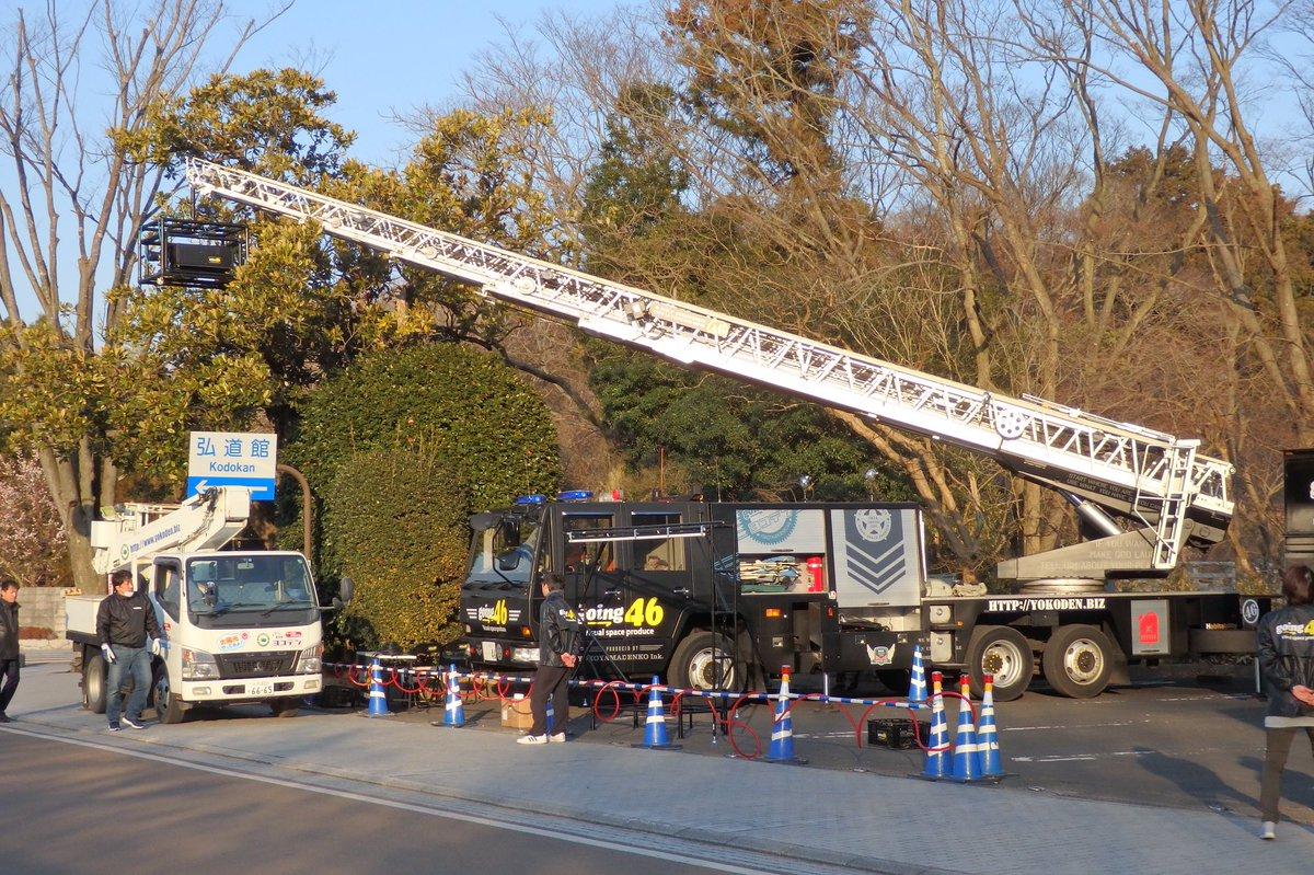 弘道館の門にプロジェクトマッピングをするらしいはしご車。
