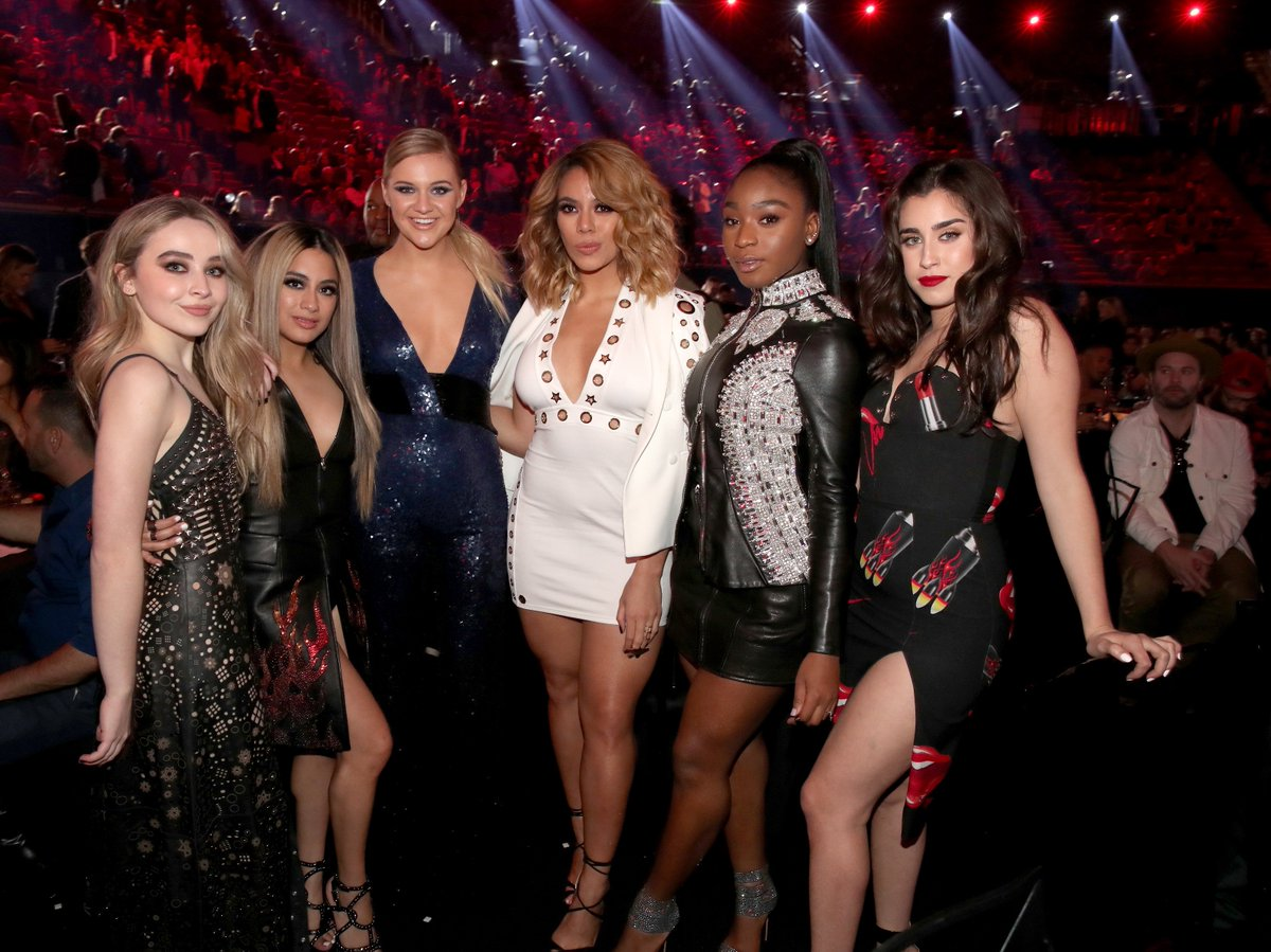 One more for the #Harmonizers, as @FifthHarmony takes a #iHeartAwards pic with @SabrinaAnnLynn & : @KelseaBallerinihttps://t.co/0UQP4A2zeX