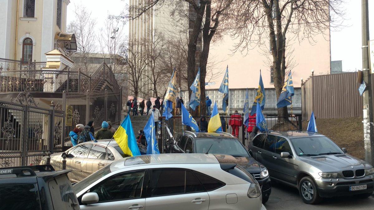 Под суд, где лежит Насиров, снова собираются люди