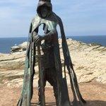 伝説のアーサー王がこんなところにいるwティンタジェル城跡に立つ姿がかっこよすぎる!