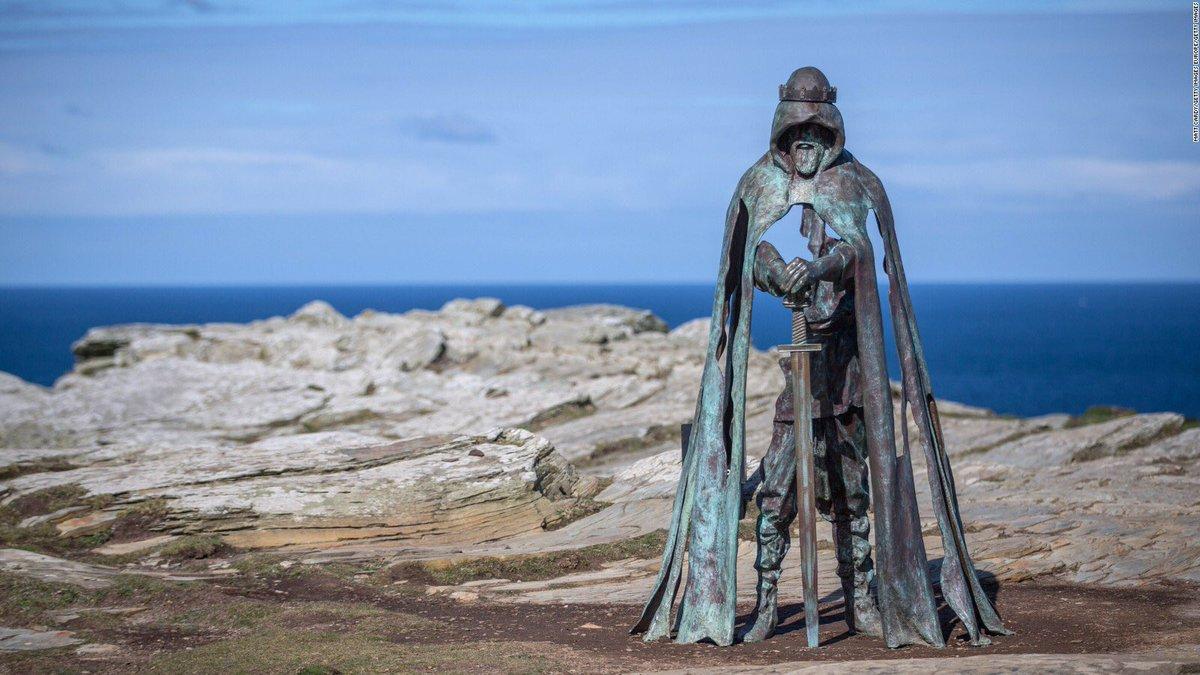 伝説のアーサー王がこんなところにいるwティンタジェル城跡に立つ姿がかっこよすぎるwww