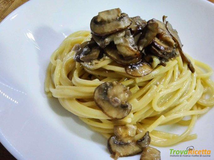 Spaghetti con funghi e gorgonzola