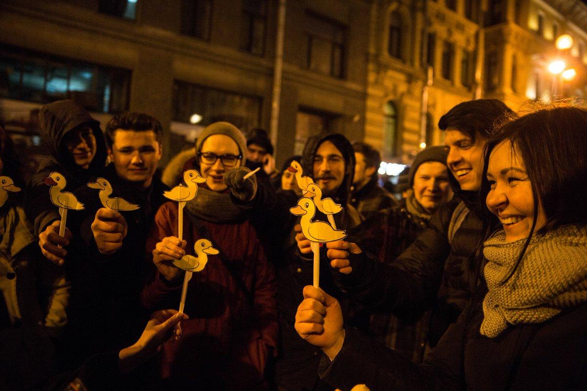 """ШОУ для быдла: полиция задержала участников акции против Медведева, исполнивших стишок """"Кря! Кря! Дима, ты воруешь зря"""" и отпустила"""