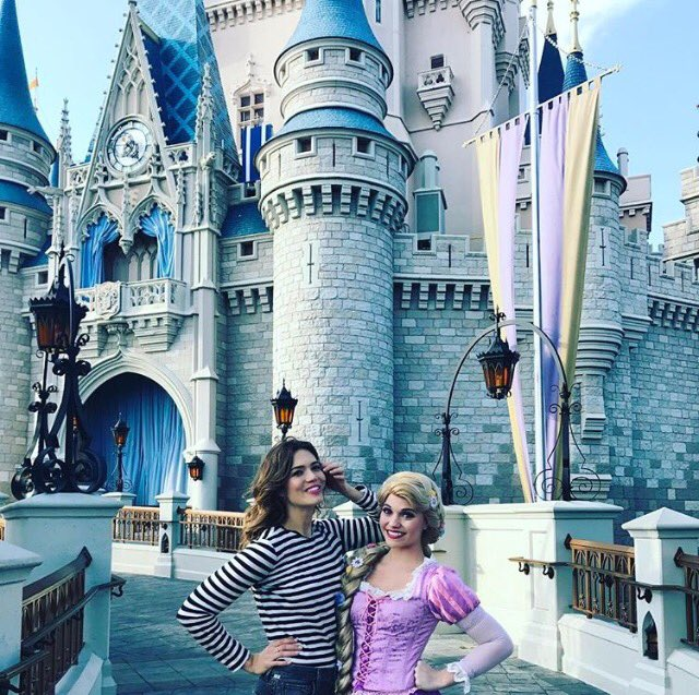 Come on. It's not a day at @WaltDisneyWorld without a quick pic with my pal Rapunzel. https://t.co/rXNKhFSlbR