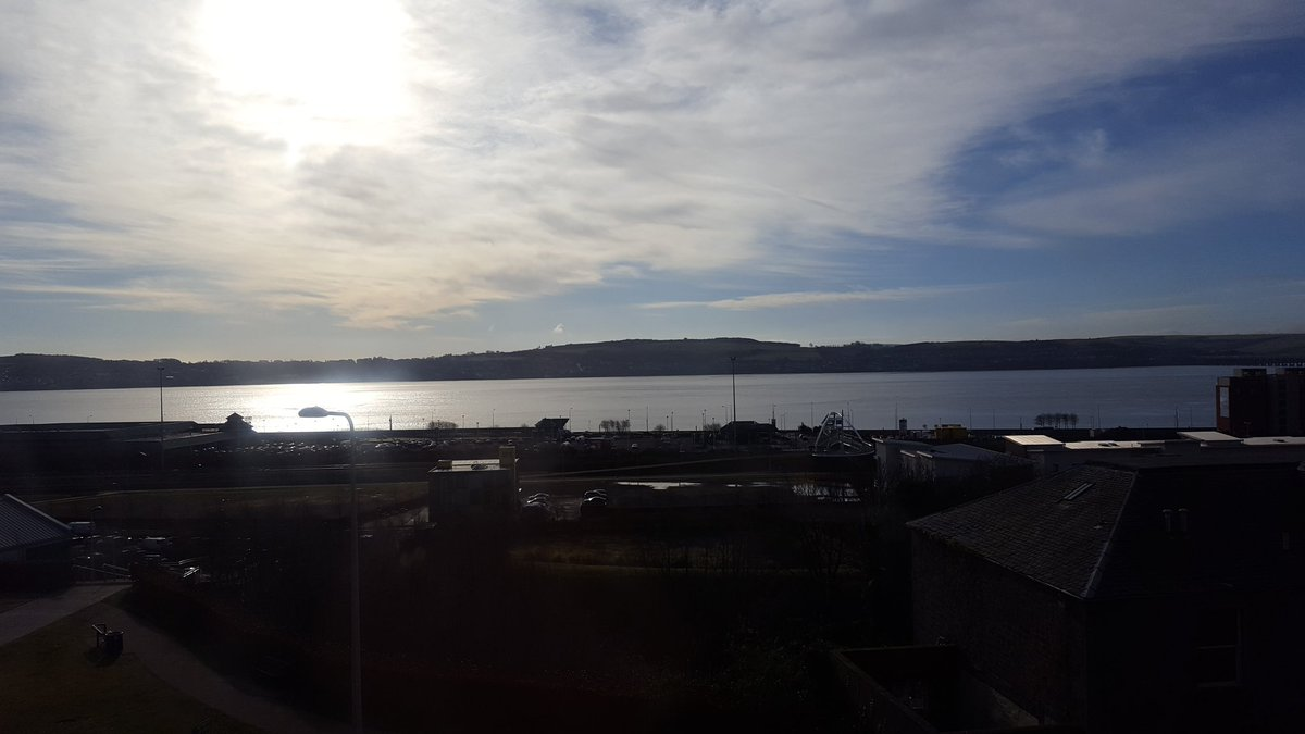 Busy day in the office @UoDRIS, but look at that view! #Dundee #FirthofTay #11PerthRoad <br>http://pic.twitter.com/6L8DGtZV7N