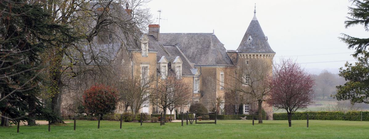 Selon le Canard enchaîné, les enquêteurs soupçonnent F. Fillon d'avoir sous-estimé sa demeure dans la Sarthe. https://t.co/7SckrjcGCm