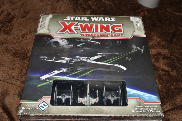 X,ウィング ミニチュアゲームを買ってしまいました(^_^;) ついでにミレニアムファルコンとポーのXウィングとYウィングも買ってしまい一気に散財問題は誰とやるかだ