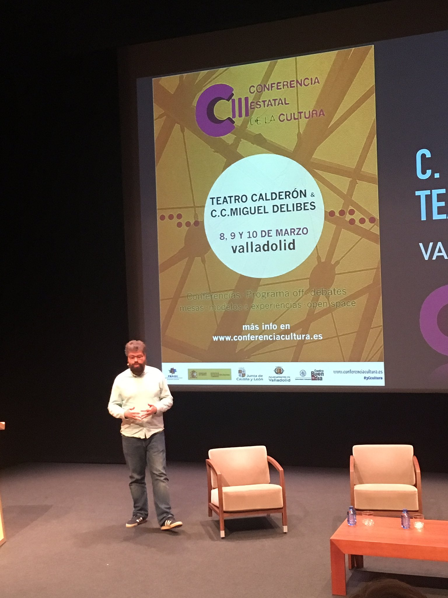 """""""Lo cultural ¿es un lujo o una cuestión de 1ª necesidad?"""" @sergiodelmolino #3Ccultura   @GesCulCyL El mundo rural como emisor de #cultura https://t.co/OiLtUVtb8h"""