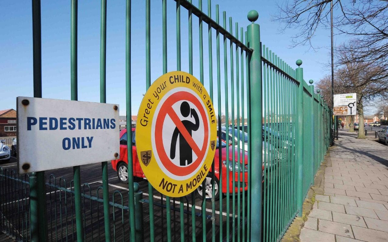 School bans parents from using phones at school gate, urging them to greet children with a smile instead https://t.co/gHUP7CavvT https://t.co/7eXTvlyGWU