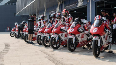 Buriram stages lights out on the 2017 Idemitsu Asia Talent Cup!  Preview 🔮 https://t.co/pauHwEGKTB #RoadToMotoGP https://t.co/ziUSD5xbwX