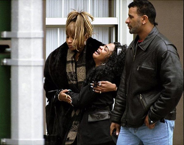 Inga On Twitter The Photo Of Lil Kim Crying Outside Of