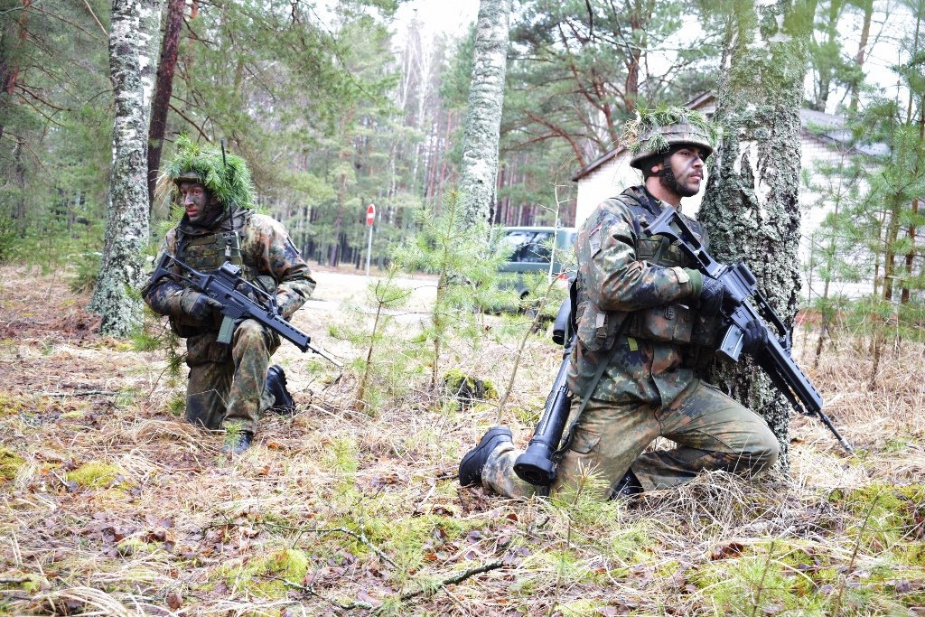 The first Lithuania-based #eFP exercise takes place with deployed German troops demonstrating their shooting skills.