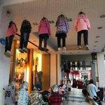子供服売り場のディスプレイの仕方が不気味すぎて恐怖日本ではあり得ない