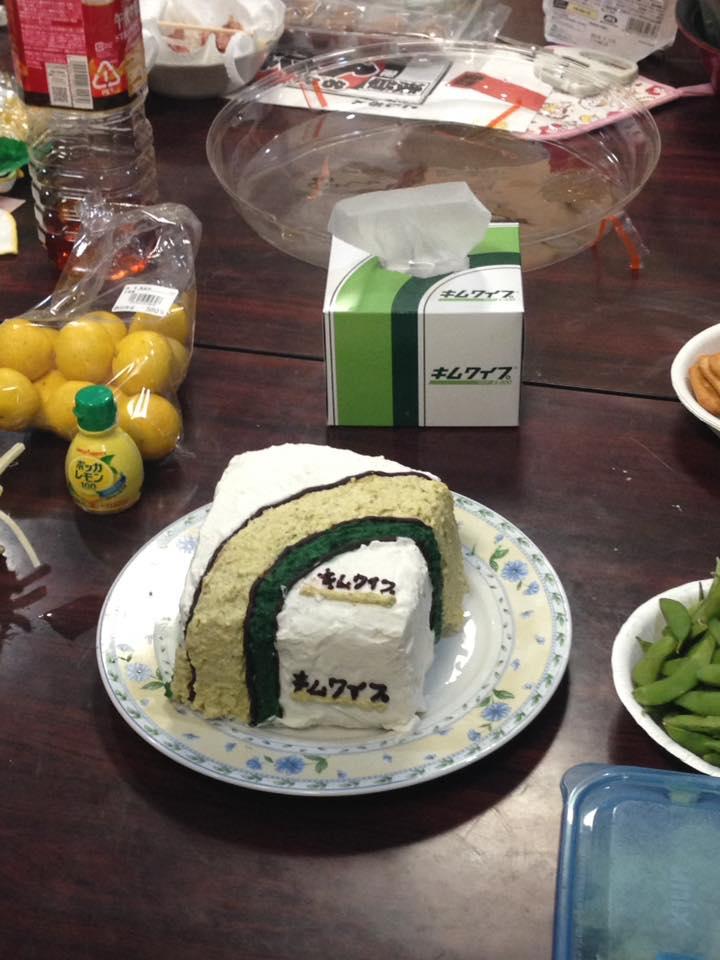 生態研の学生さんがケーキ作ってた。ラボ畜の鑑か。 https://t.co/bQyUwOstyI