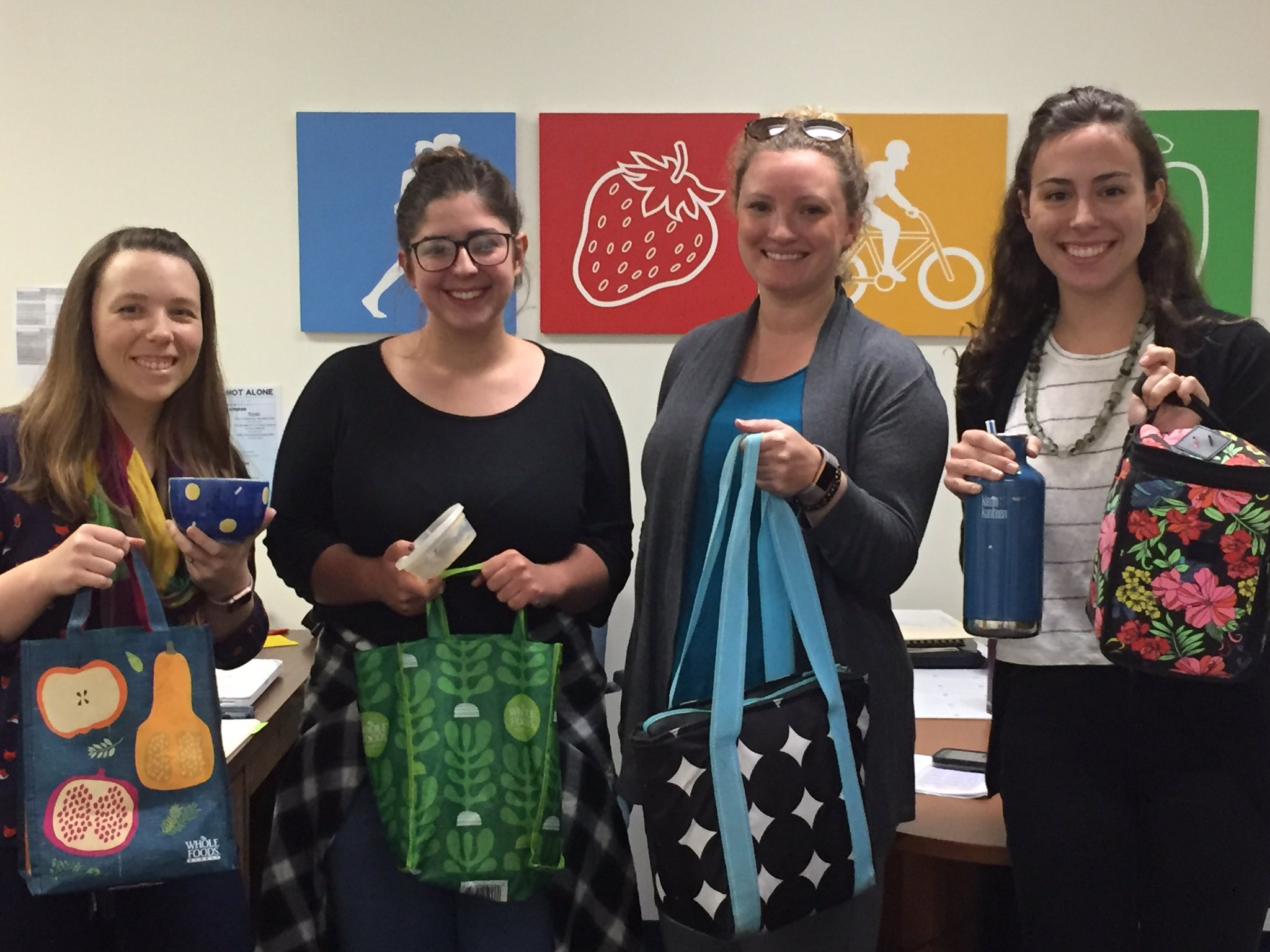 Our staff & students bring lunch in reusable bags/containers! @TulaneMCH how do you reduce waste? Post a pic & tag a friend! #tulanerecycles https://t.co/zVYgoVMUS1