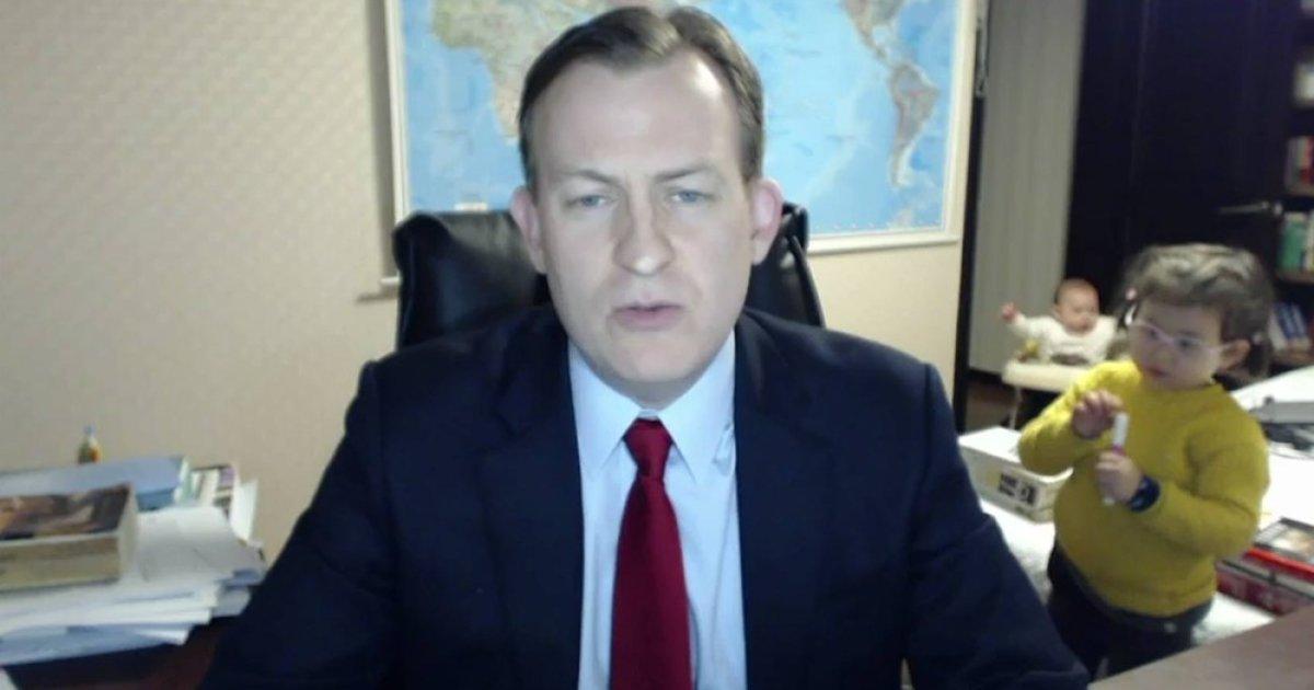 Professor Robert Kelly falava ao vivo para a TV BBC quando algo inesperado aconteceu https://t.co/HfptWFVKO1