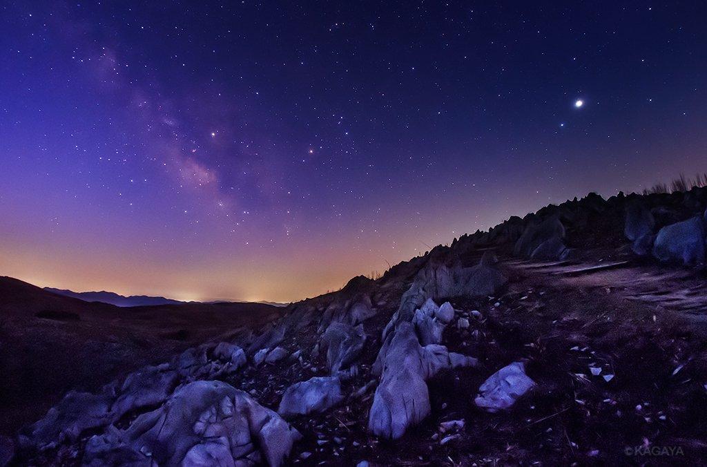 夜明けのカルスト台地に昇る天の川。 写真右上の明るい星は木星。中央がさそり座です。(今朝未明、山口県…