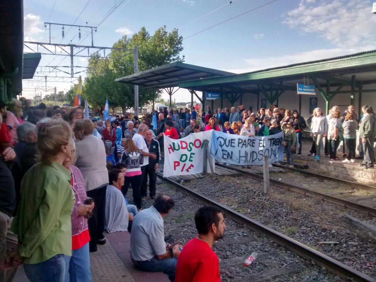 11/3 > 9hs. Continúan los cortes de vías en Hudson y Pereyra. Reclaman que el #TrenRoca se detenga en esas estaciones. https://t.co/i46OmwVKyd