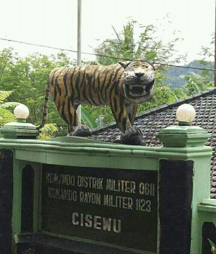 Patung macan koramil