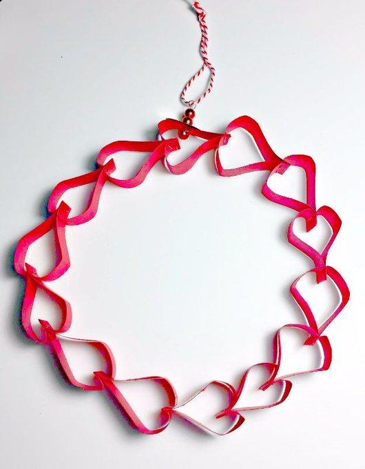Kid's Craft: Valentines' Heart Chain Wreath #DIY #Craft