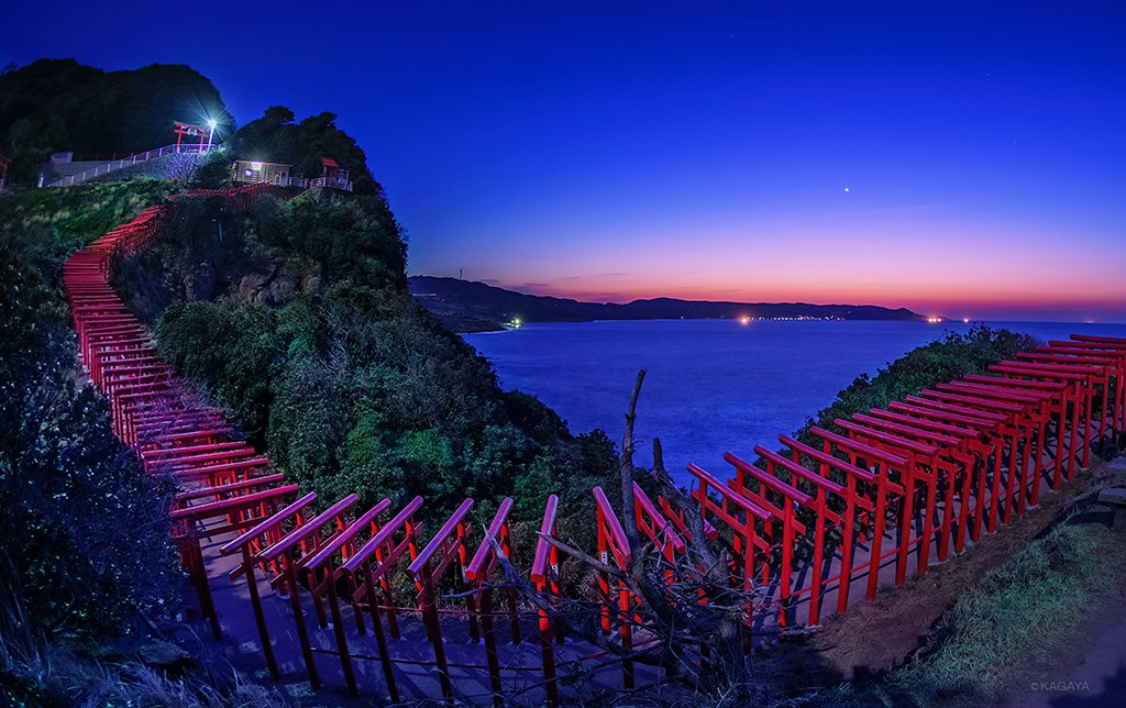 宵空のグラデーションの中、金星が輝き始め、 鳥居の列が、海から天空へと続く門のようにも思えました。 (一昨日宵、山口県にて撮影)