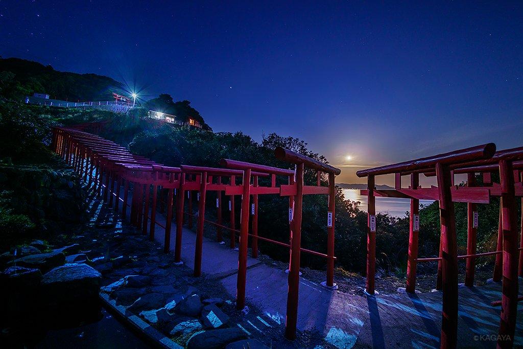 夜明けには沈みゆく満月が。 月の道、天空への道。 (今朝未明、山口県にて撮影) 今日もお疲れさまでした。明日からも穏やかな一週間になりますように。