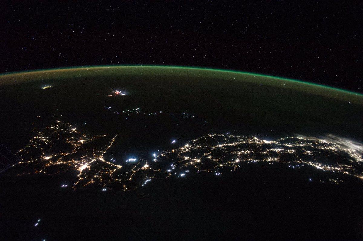 宇宙から夜の日本を見た時に目立つのは、都市の光ですが、その他にも漁船の光が多数見えます。漁師の方々が夜間にも海で仕事をしているのを見て「私も頑張ろう!」と思ったと同時に「新鮮なお魚が食べたい!」と思いました。今は、日本で美味しい魚を食べる事が出来て、幸せです。感謝しています! pic.twitter.com/CfbtuVnIeW