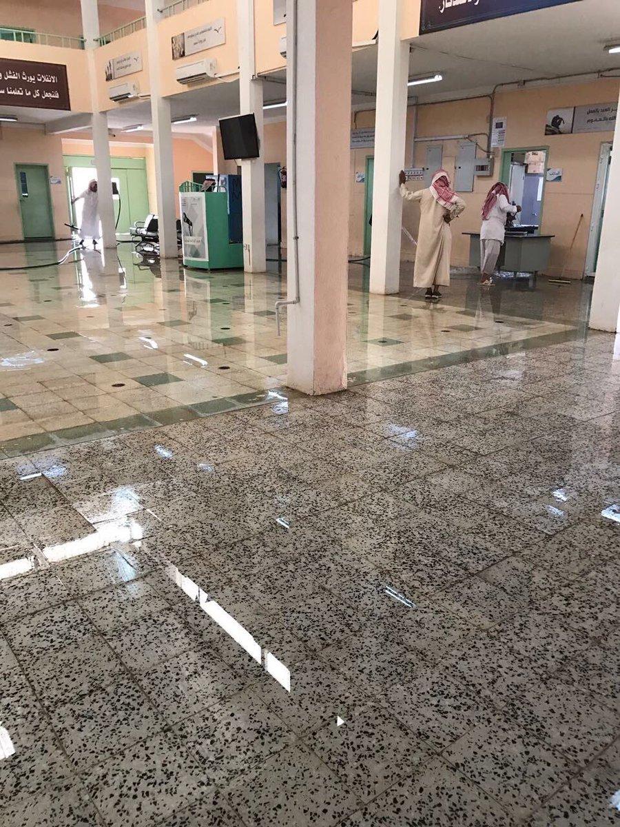 معلمون القصيم يبادرون بتنظيف مدرستهم موجة الغبار