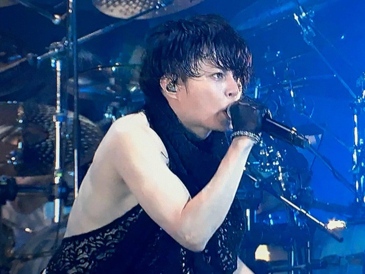 真剣な表情で歌う西川貴教