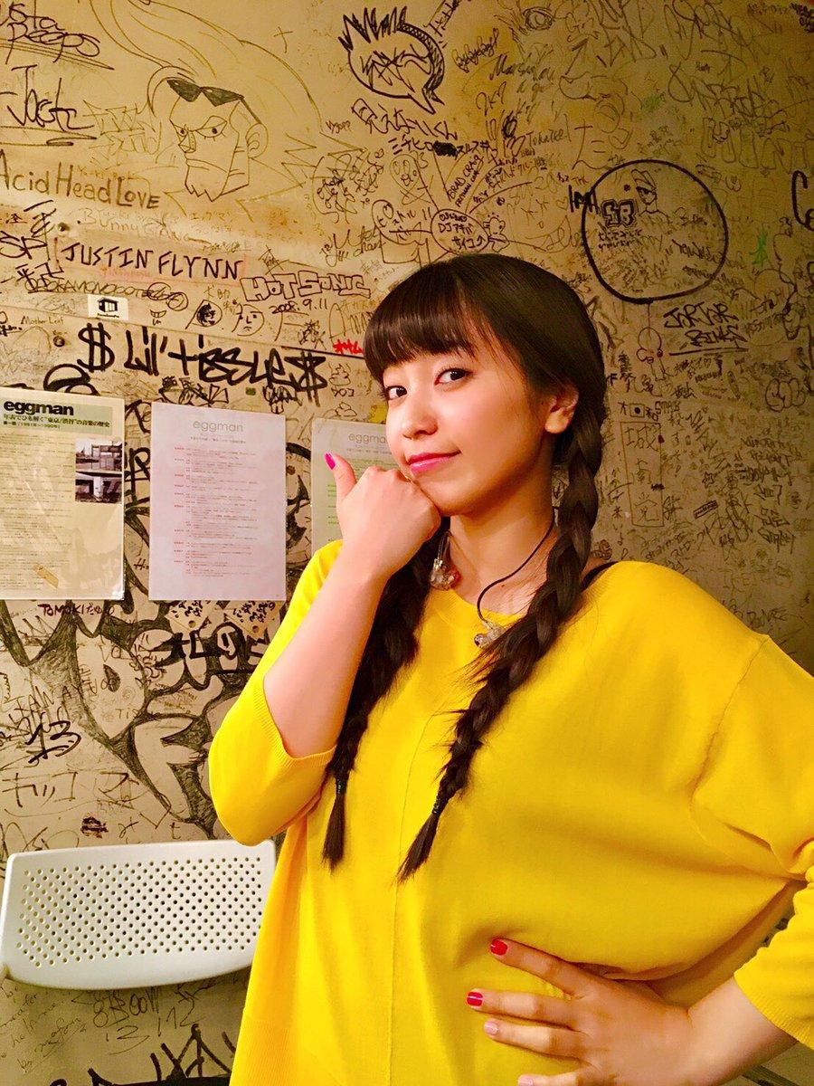 イエローワンピース姿で親指を立てる歌手・miwa