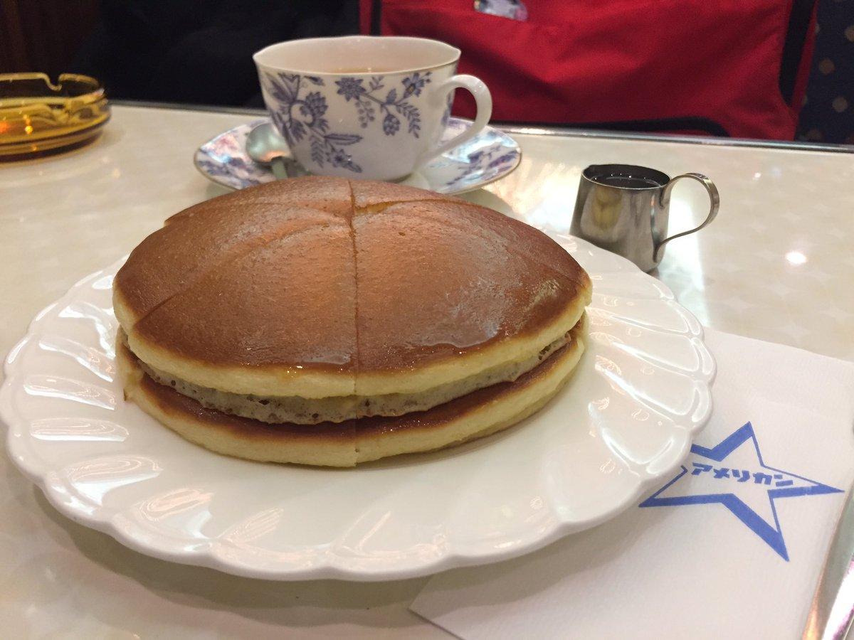 世界で一番好きかもしれない心斎橋の喫茶アメリカンのホットケーキ。最初からバターがたっぷりしみ込んでテラテラに輝く生地が最高。うまい〜(^^)