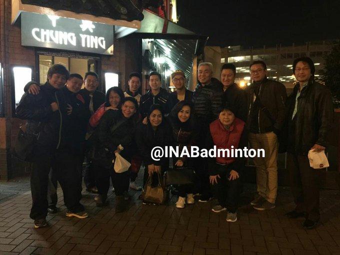 Alex Tirta berfoto bersama Marcus/Kevin, Susy Susanti dan beberapa pengurus & tim pelatih di Birmingham, Inggris