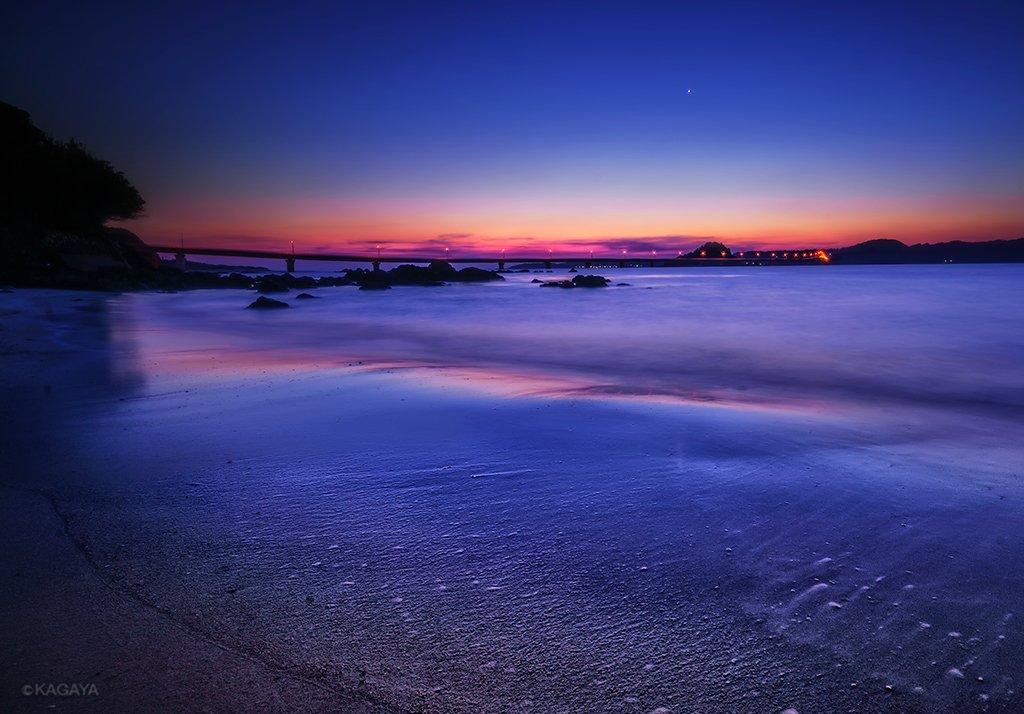 静かに寄せる波が夕暮れの空をやさしく映していました。 一番星は宵の明星(金星)です。(一昨日、山口県にて撮影) 今日もお疲れさまでした。明日も穏やかな1日になりますように。